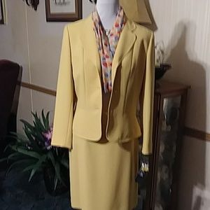 Gorgeous yellow suit with matching scarf NWT